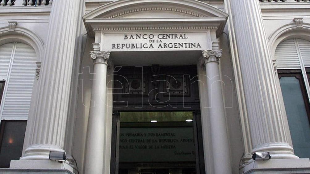 El Central habilitó a los bancos a tener más dólares en sus sucursales