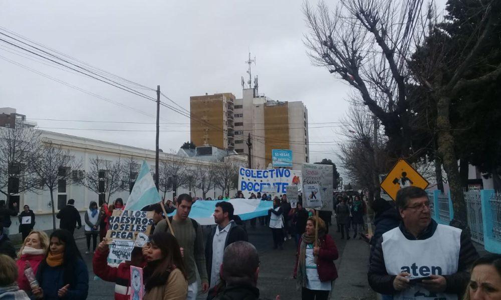 Trabajadores de diferentes sindicatos marcharon por las calles de Rawson en apoyo a los docentes