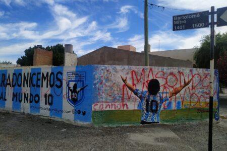 Este viernes en una jornada artística y solidaria restaurarán el mural de Maradona