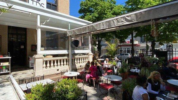 una-sorpresa-en-el-decreto-presidencial:-restaurantes-y-bares-solo-podran-servir-en-mesas-al-aire-libre