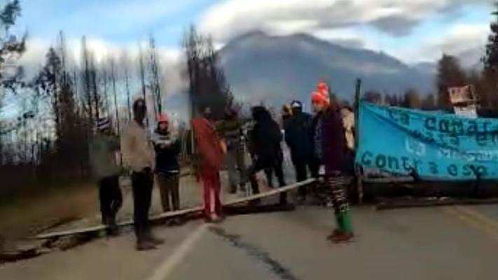 manifestantes-antimineros-continuan-cortando-la-ruta-40
