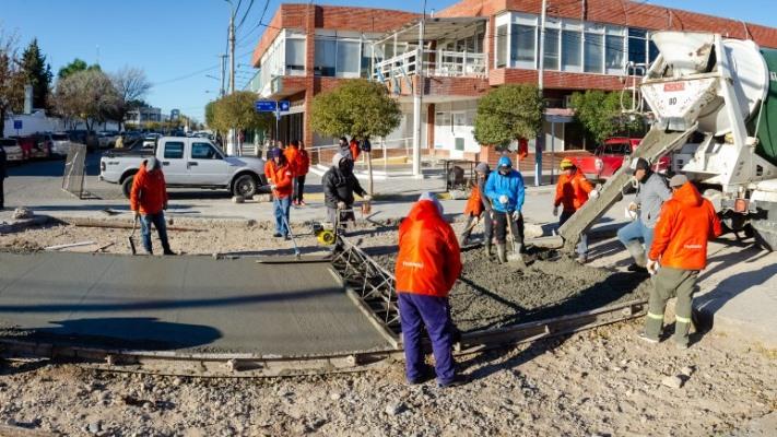 rawson:-el-municipio-y-la-cooperativa-reconstruyen-pavimento-en-la-calle-moreno