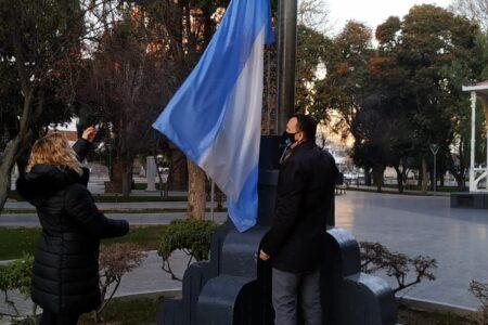 maderna-izo-la-bandera-nacional-en-plaza-independencia