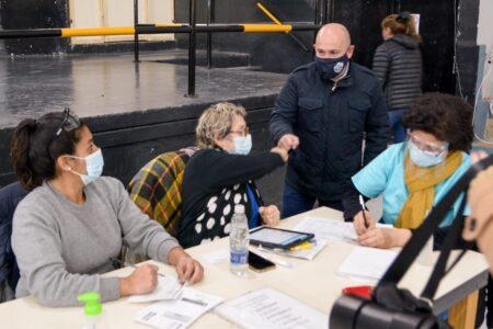 el-intendente-sastre-reconocio-en-su-dia-a-quienes-trabajan-en-el-vacunatorio