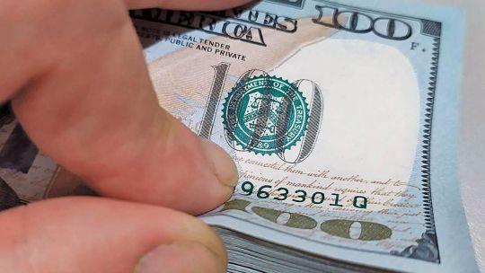 el-dolar-blue-cae-y-se-acerca-a-los-$-180-vendedor