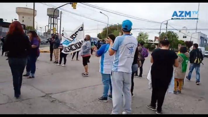 auxiliares-de-la-educacion-se-manifestaron-frente-al-ministerio